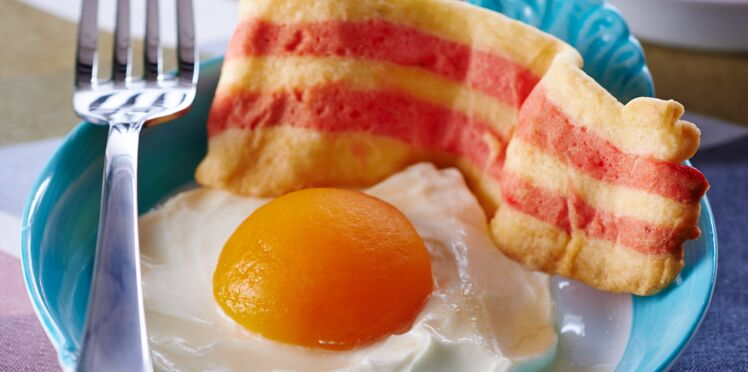 Entremets aux abricots et sablés bicolores, comme des œufs sur le plat et bacon
