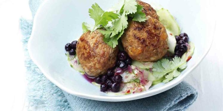 Boulettes de viande sur salade de concombre aux myrtilles sauvages