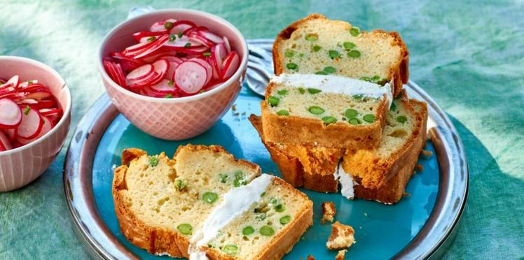 Cake aux petits pois et fromage frais, salade de radis roses