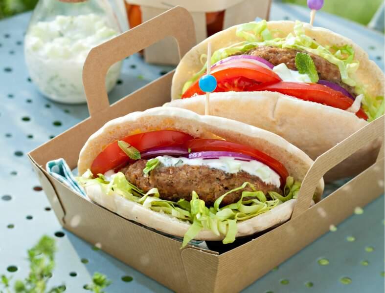 Pita au bœuf haché, sauce à la grecque