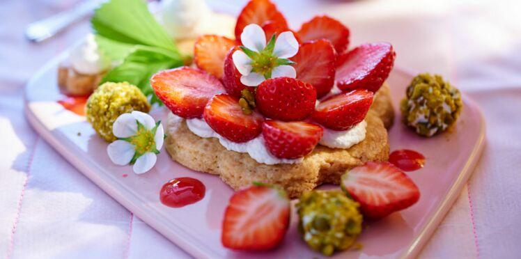 Grand sablé aux fraises, perles de ricotta aux pistaches