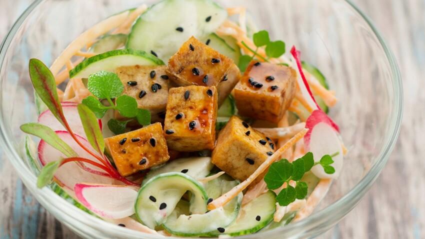Salade de tofu grillé au curry, concombre et carottes