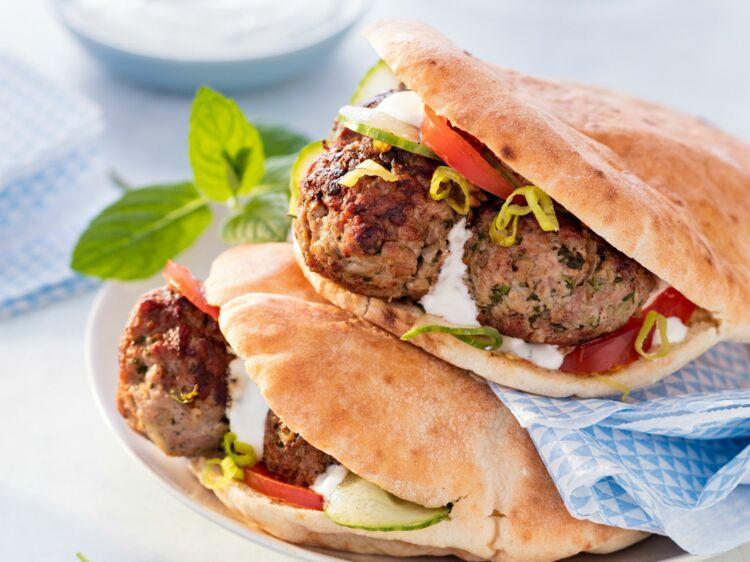 Keftas d'agneau à la grecque et pain pita : découvrez les recettes de cuisine de Femme Actuelle Le MAG