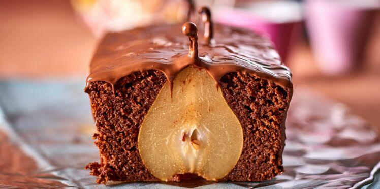 Gâteau au chocolat et belles poires entières