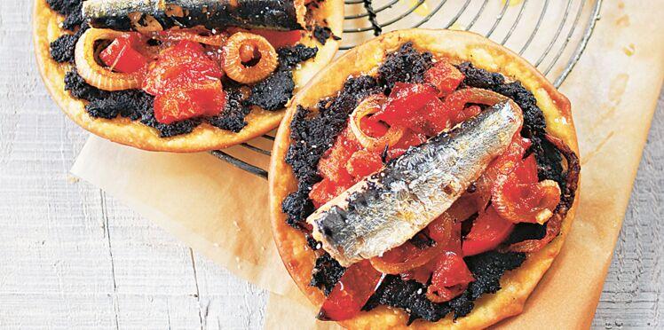 Mini-pizzas aux sardines, à la tapenade et aux tomates