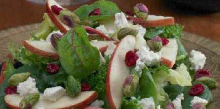 Pommes, roquefort et pistaches en salade