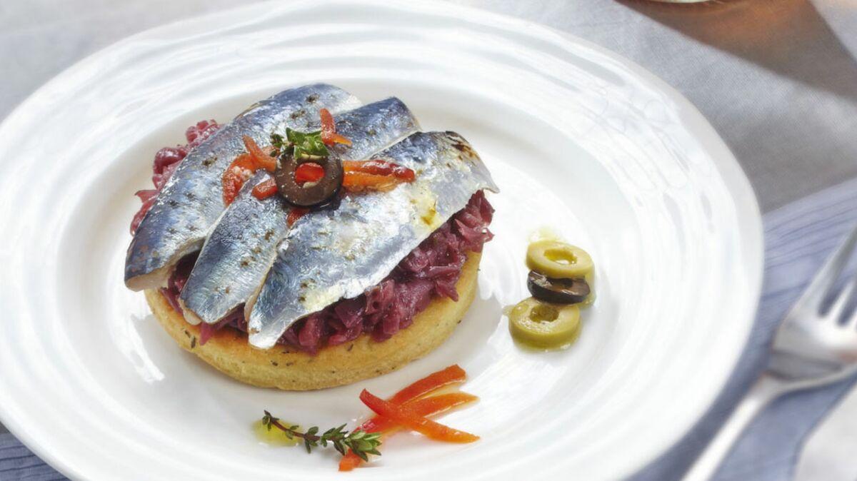 Sablé au thym, sardines grillées et compotée d'oignons en anchoïade