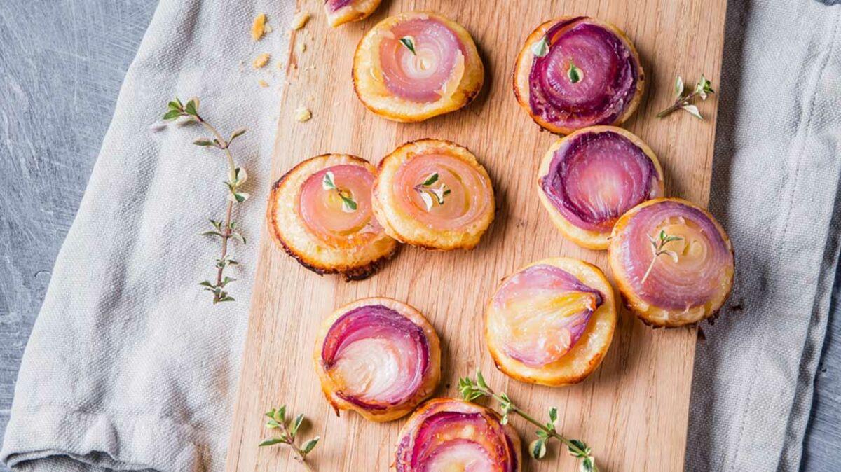 Mini tatins d'oignons rouges et Raclette RichesMonts