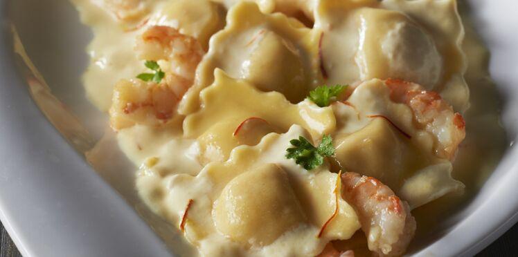 Raviolis pesto mozzarella, crème safranée et crevettes sautées