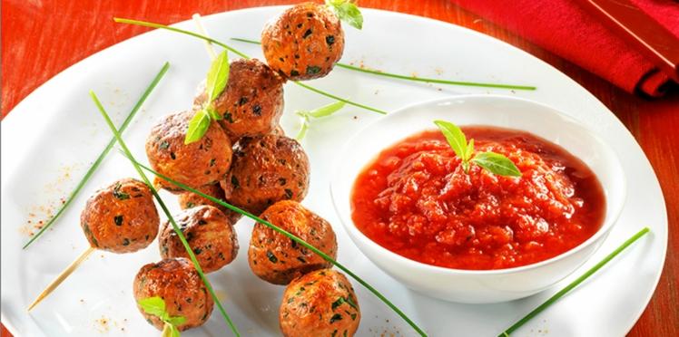 Les brochettes de boulettes de poulet parfumées au concentré de tomates, sauce tomates concassées