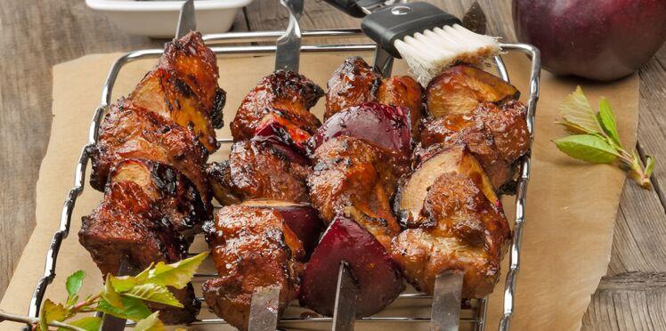 Brochettes de porc aux prunes