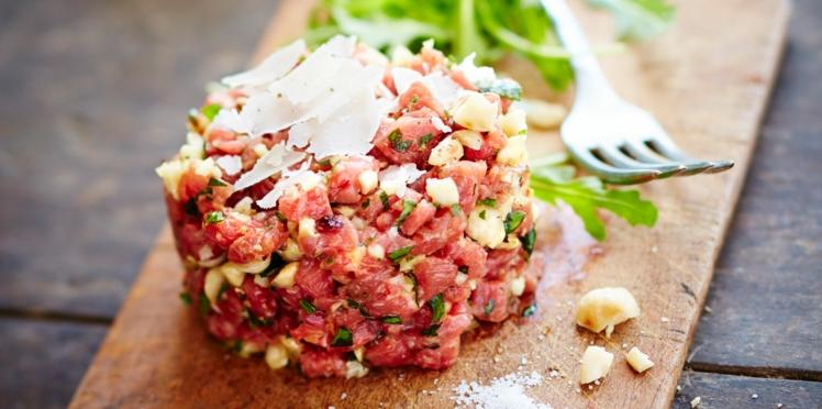 Tartare de bœuf aux noix, ail, persil et copeaux de parmesan