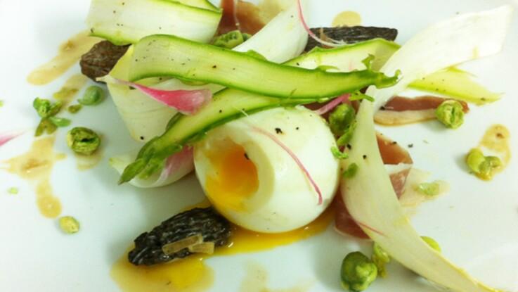 La salade d'aperges aux tulipes, morilles et wasabi