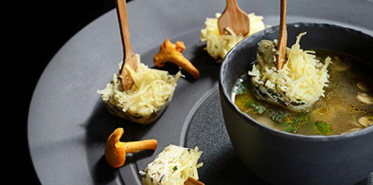 Cuillères au fromage et leur bouillon de légumes