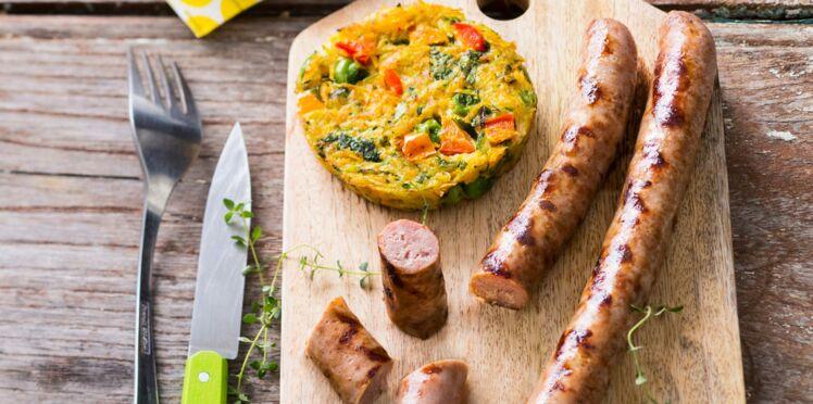 Chipolatas marinées, grillées et croustilles de légumes