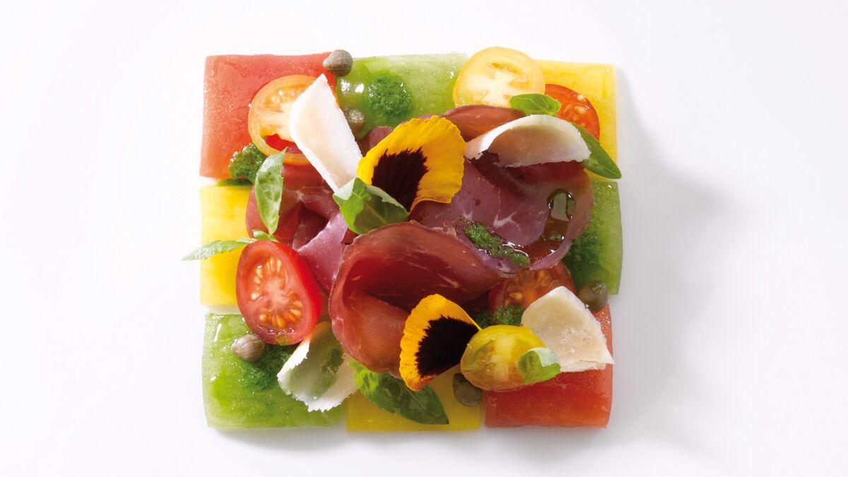 Damier de tomates, au vieux balsamique, jambon cecina et basilic fleur (Tabata, Top Chef)