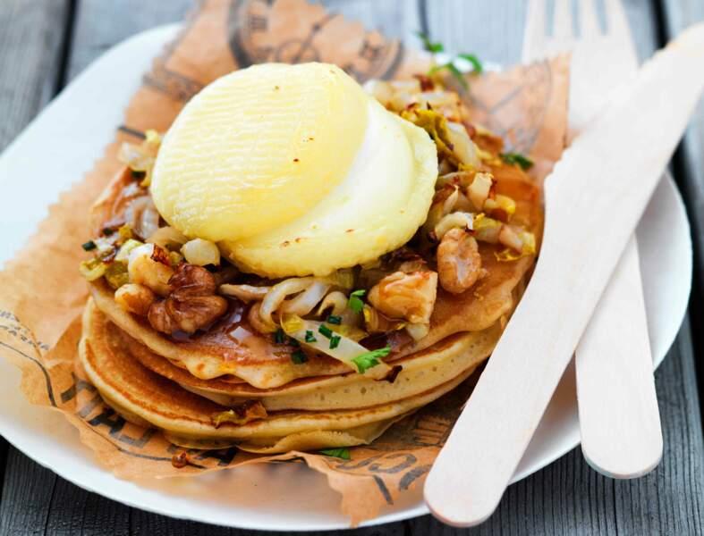Pancakes au chèvre, compotée d'endives et noix
