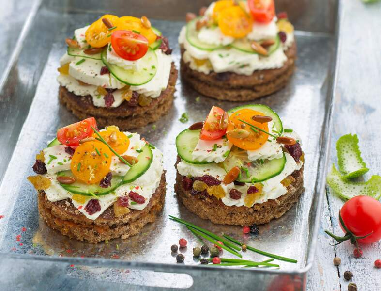 Cheesecakes aux tomates, concombres et raisins secs