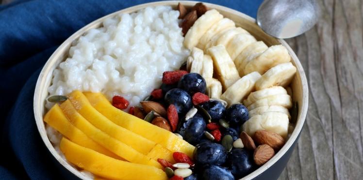 Porridge de riz au lait de coco, bananes, myrtilles et mangue