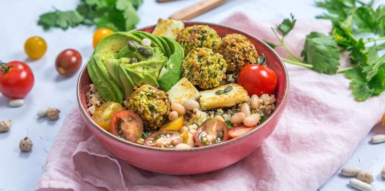 Salade de quinoa, haricots blancs et falafels de pois chiches