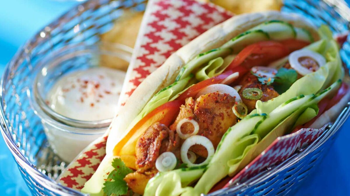 Kebab de poulet en pain pita