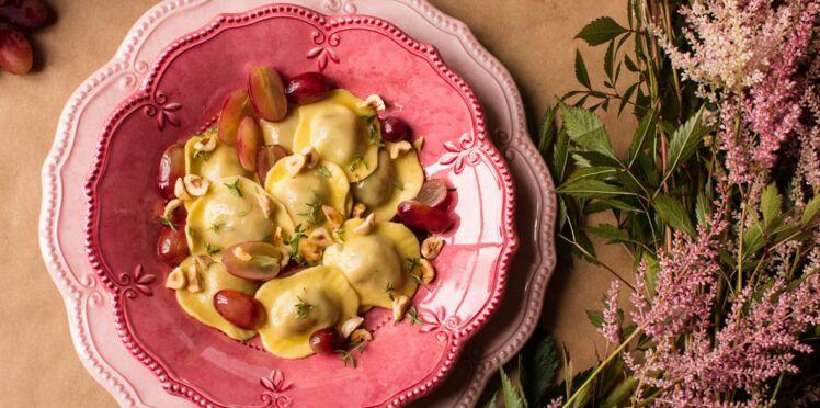 Grands ravioli fromage de chèvre & fines herbes avec sauce légère aux raisins, éclats de noisettes et thym