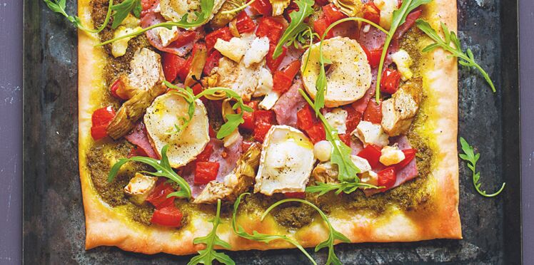 Pizza au pesto vert, fromage et artichauts