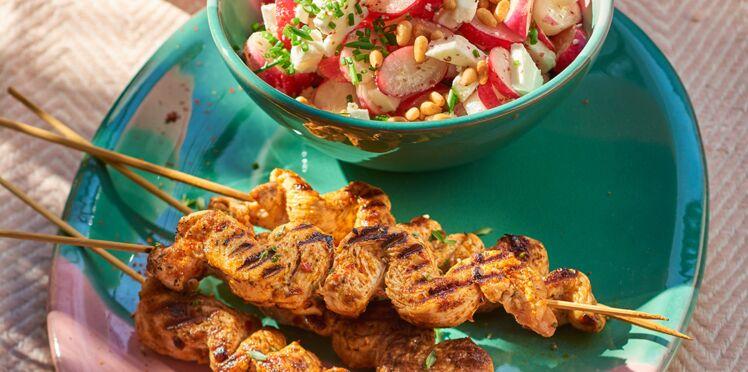 Brochettes de poulet et salade de radis roses