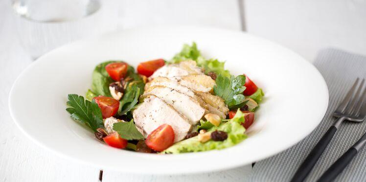 Salade de volaille aux fruits secs et tomates cerise, vinaigrette au chaource