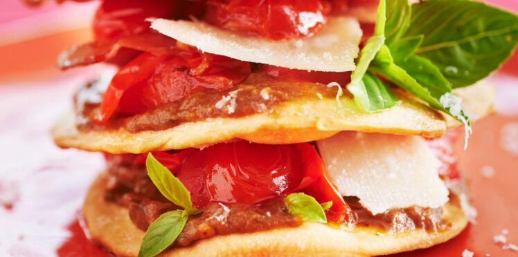 Millefeuille de pizza au bacon, tomate et parmesan