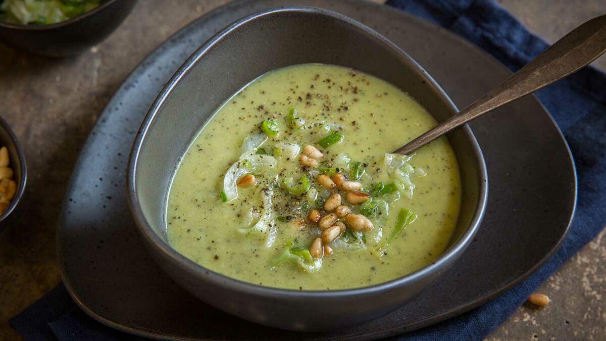 Soupe de courgette grillée et thym, pignons de pin et fondue d'oignons