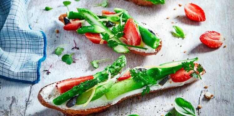 Tartines Carré Frais, asperges vertes et fraises gariguette