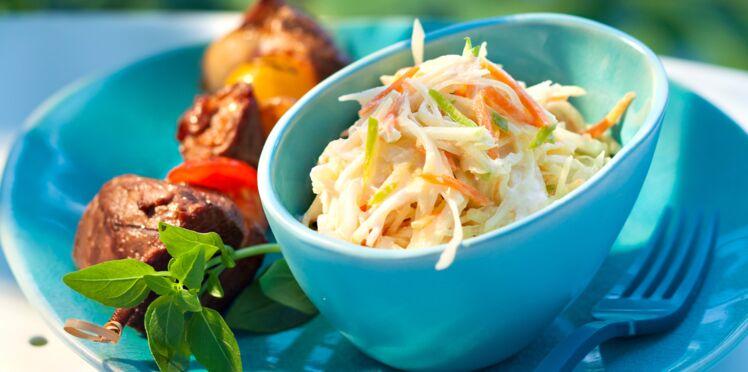 Brochettes de canard laqué, coleslaw au lait de coco