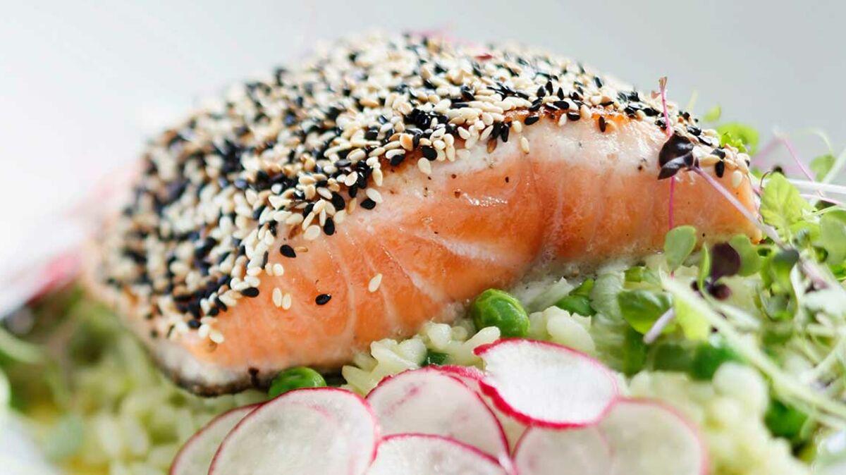 Pavés de saumon en croûte de sésame et son risotto