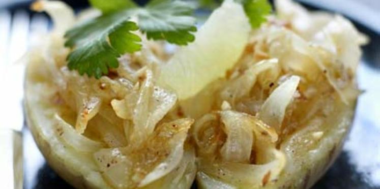 Pommes de terre à la vapeur, compotée d'oignons doux aux cacahuètes, citron vert et coriandre