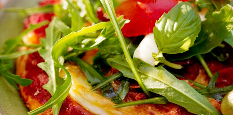 Pizza tomate, mozzarella et roquette