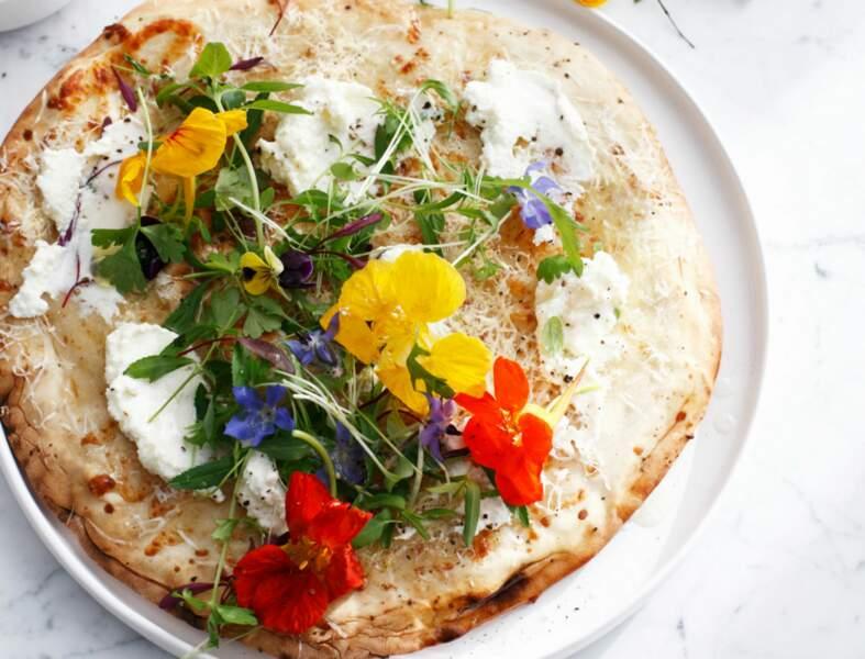 Pizza des champs, fromage et fleurs