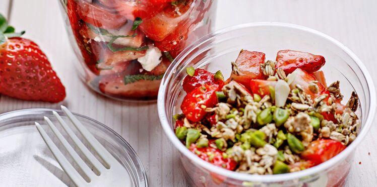 Verrines allégées : salade de fraises du Périgord et crumble au granola