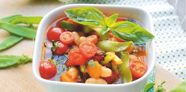 Soupe vegan de légumes d'été et pesto