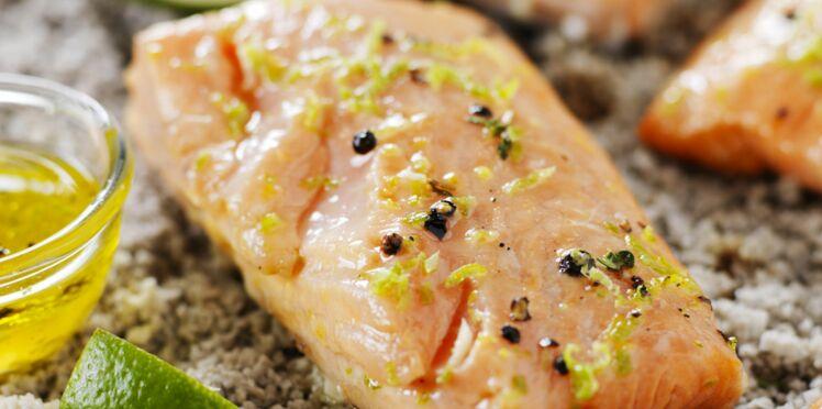 Saumon à l'unilatérale sur un lit de gros sel gris de Guérande, sauce citron vert