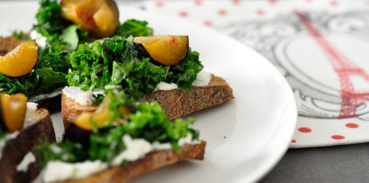 Crostinis à la ricotta, au chou kale et aux prunes