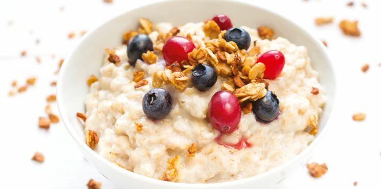 Porridge aux noix et fruits rouges