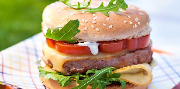 Burger de veau, tomate, roquette, Fol Epi ® et mayonnaise au miel