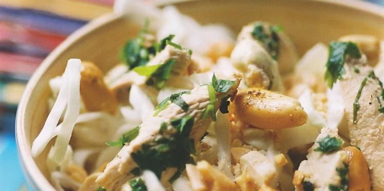 Salade de chou blanc, cacahuètes et blanc de poulet