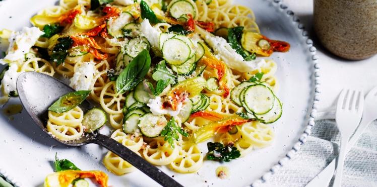 Salade de pâtes aux jeunes courgettes et mozzarella