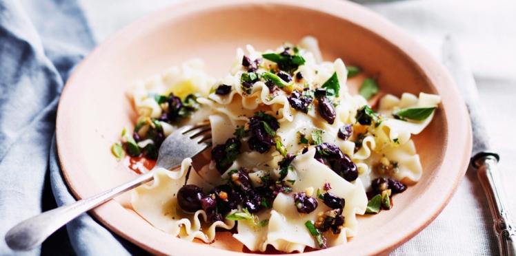Mafaldine tièdes aux olives kalamata et pignons de pin