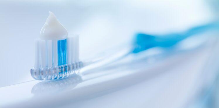 Du dentifrice pour une poitrine plus volumineuse ? L'astuce inquiétante d'une youtubeuse
