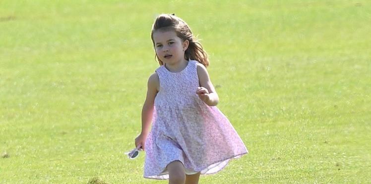 Pourquoi la princesse Charlotte porte-t-elle toujours des robes (et jamais de pantalon) ?