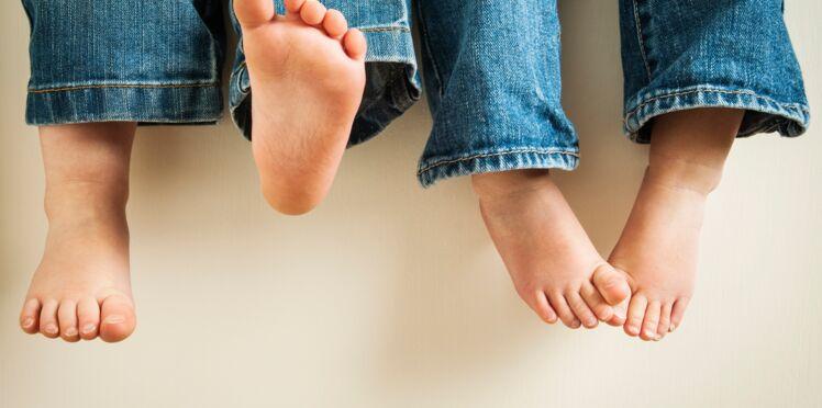 Pourquoi vous devriez laisser vos enfants marcher pieds nus