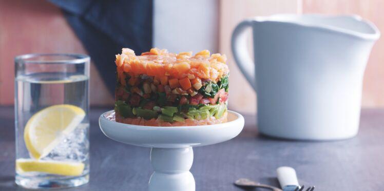 Le gâteau frais au saumon et aux légumes
